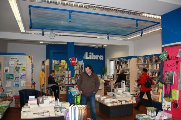 Einen Blick in die Buchhandlung Libra.
